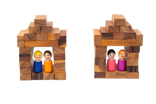 Деревянные игрушечные пары живут в своих красивых деревянных домиках на белом