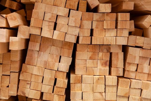 木製の梁、テクスチャのクローズアップの壁。工場で木の梁を積み重ねる