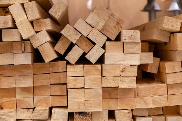 木製の梁の壁、テクスチャのクローズアップ。工場のスタック木製梁の写真をクローズアップ