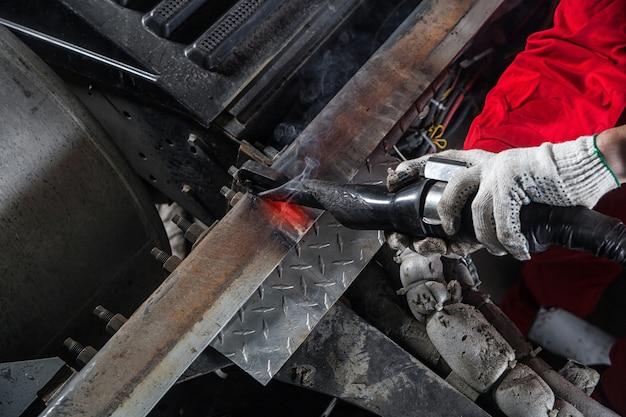 Механик нагревает металл