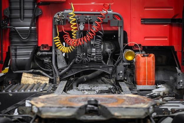 Красная кабина грузовика
