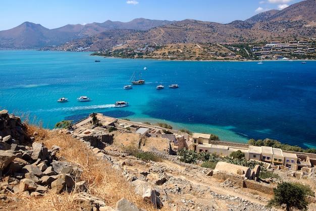 Лазурная бухта возле острова спиналонга в греции