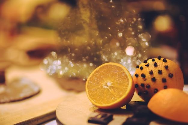 テーブルの上にレモン