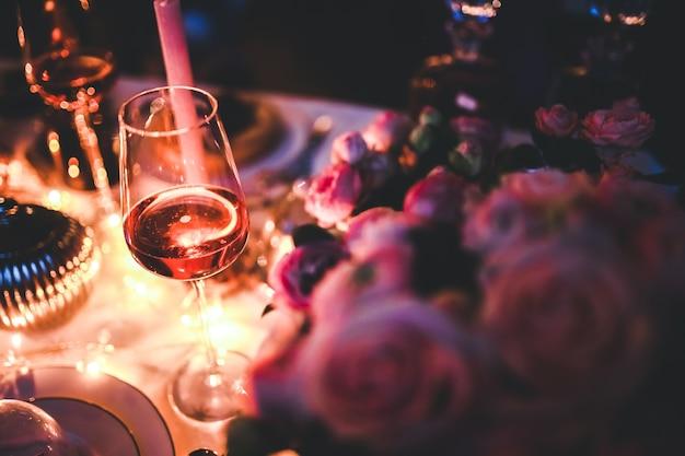 装飾されたテーブルの上にワインのグラス