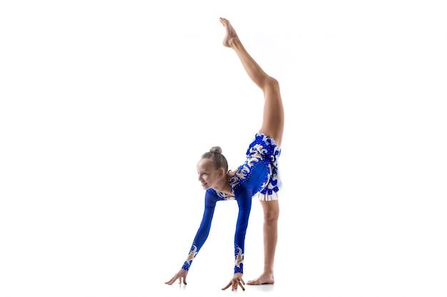 Балерина делает стоячие расколы