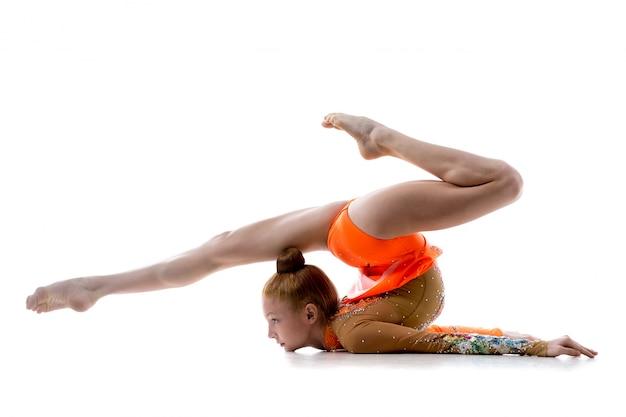 Девушка делает ритмическую гимнастику