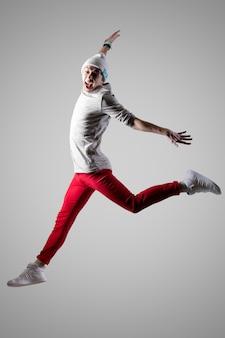 若い男が飛び跳ねて叫ぶ