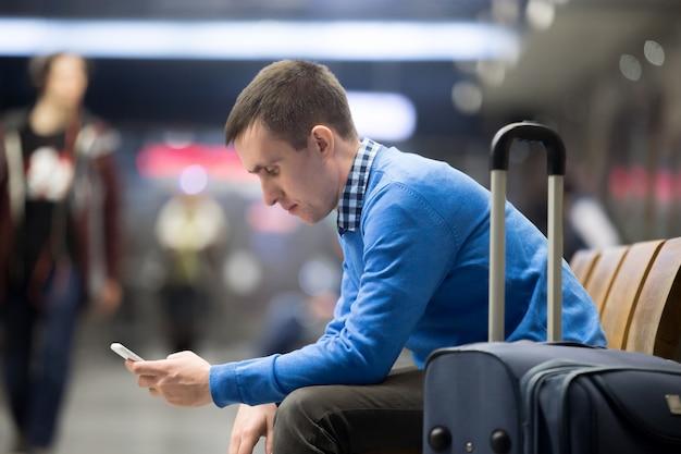 空港で待っている若い旅行者