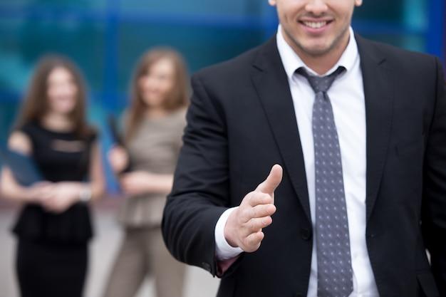 若い、ビジネスマン、手を提供する、握手