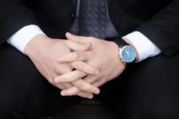 Молодой успешный деловой человек. руки крупным планом