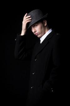彼の帽子に触れる男