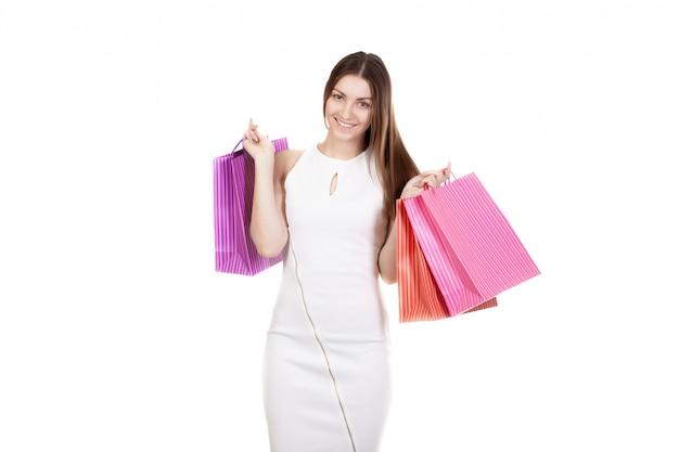 両手での購入のバッグを持つ女性