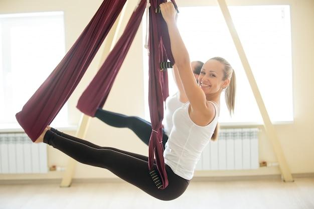 Упражнение на балансе рук в гамаке