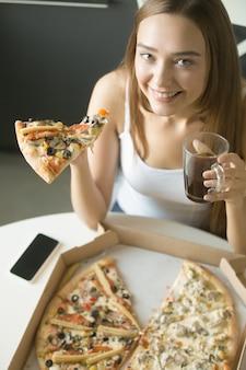 若い、幸せ、女の子、スライス、ピザ