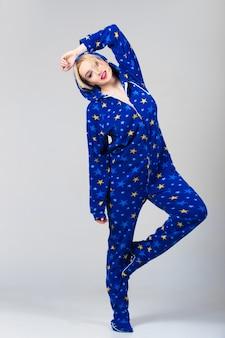 おかしいパジャマで踊っている美しい女の子