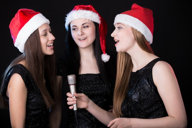 Три привлекательных молодых женщины поют