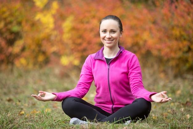 Йога на открытом воздухе: девушка йоги, медитирующая