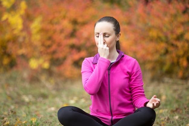 ヨガの屋外で:交互鼻腔呼吸