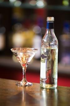 Алкогольный напиток с кубиками льда