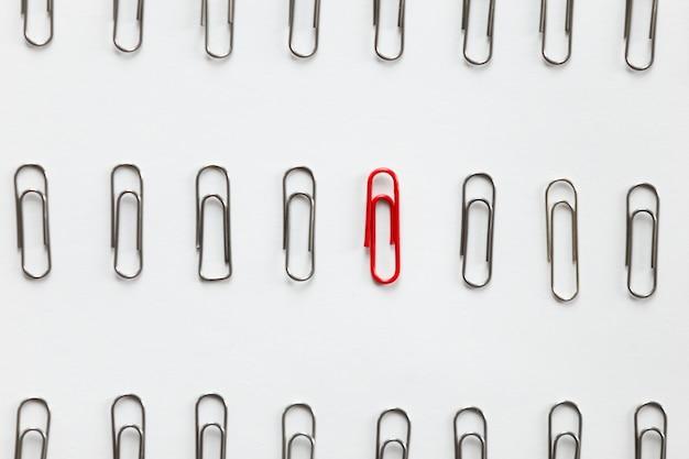 列の金属クリップ、他のものとは異なる赤