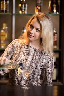 Подготовка алкогольного напитка на барной стойке