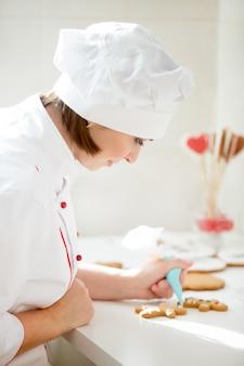 ゲイマーマンを飾るプロフェッショナルな女性菓子