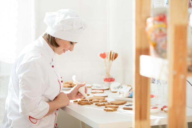 ジンジャーに座って飾るプロフェッショナルな女性菓子