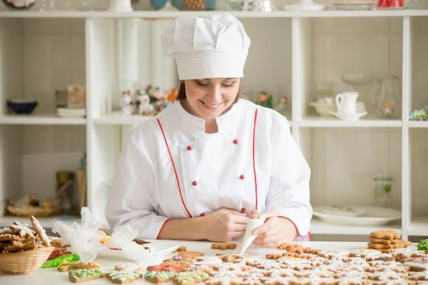 ジンジャーブレッドスターを飾るプロフェッショナル笑顔の菓子