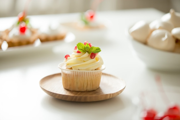 カップケーキは、プレート上で提供