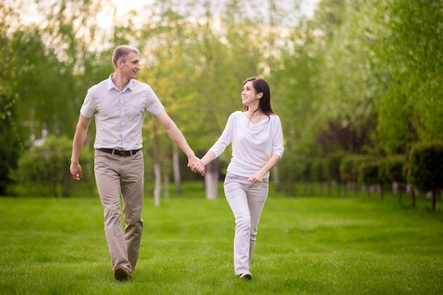 Счастливая пара, ходить в парке