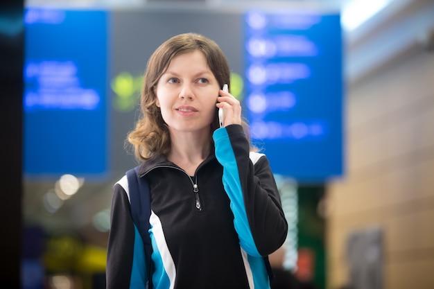 空港の携帯電話で少女