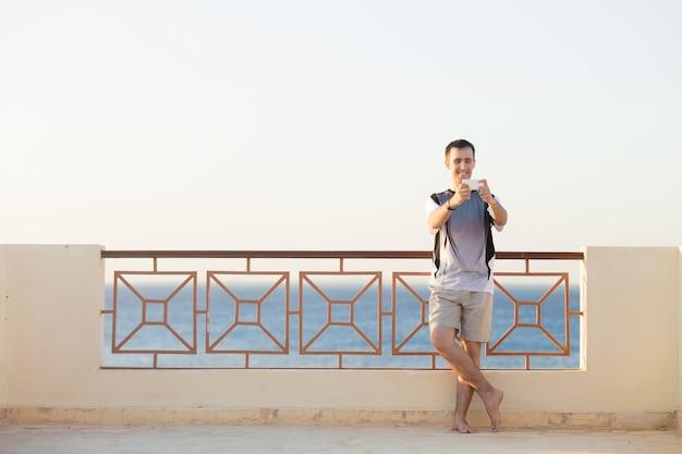 写真を撮っている若い男