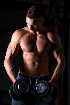 肩の重量挙げ練習