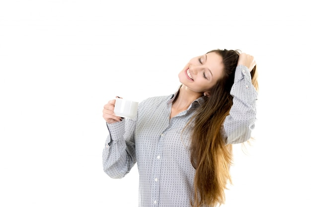 コーヒーカップを保持する美しい若い女性