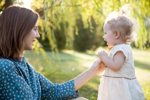 娘と一緒に遊んでいるお母さん