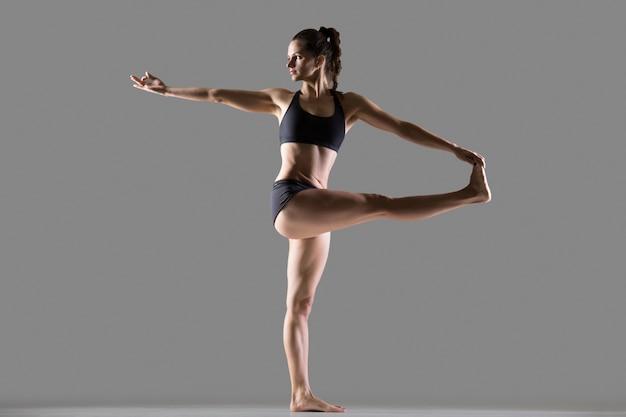 Перевернутая рука к большой ноге йоги