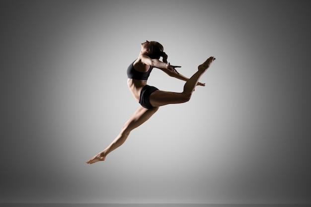 ジャンプする体操選手