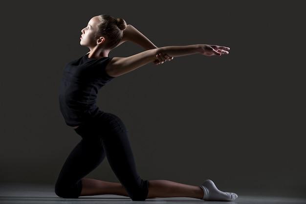 Гимнастка, практикующая