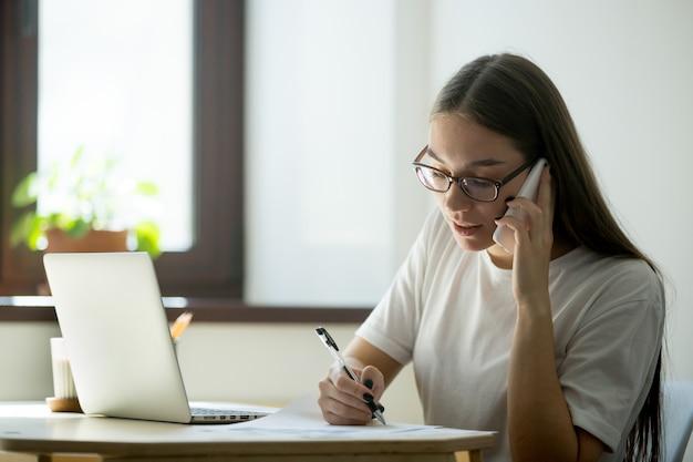 電話で女性労働者コンサルティングクライアント