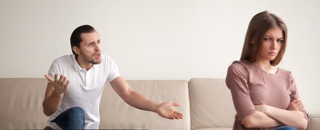 若いカップルの口論、怒っている人の叫び、気分を害する女性、水平方向のバナー