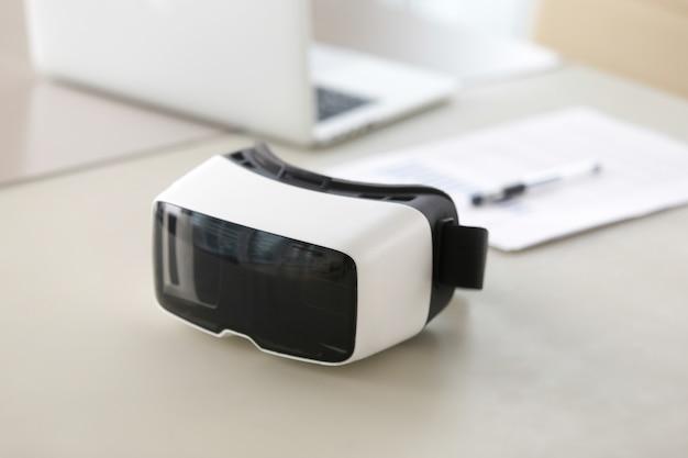 オフィスのテーブルの上のバーチャルリアリティ眼鏡の写真
