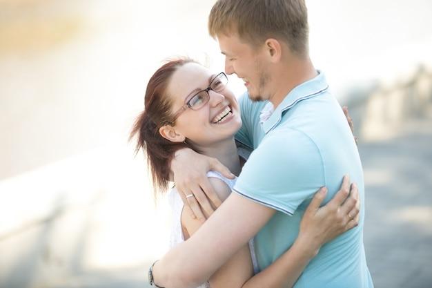 Счастливый человек обнимает свою подругу