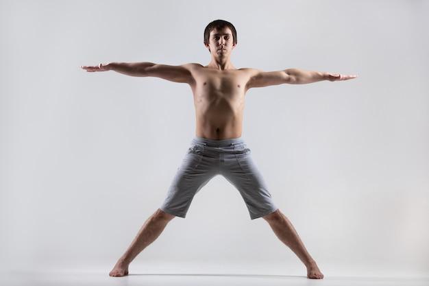 オープン腕と脚を持つ男