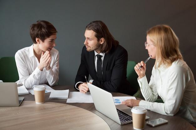 会議室での会議中にプロジェクトについて交渉するビジネスパートナ