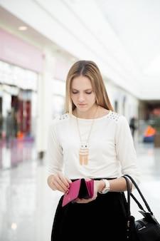 Девочка смотрит в ее кошелек