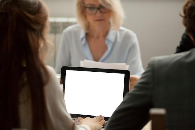 女性マネージャーの会議でラップトップ上のプロジェクト統計情報の操作