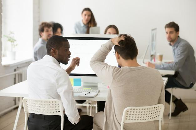 重点を置かれたショックを受けたビジネスマンの背面図はオフィスで問題を実現