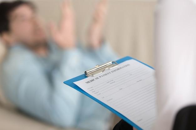 Офис психологов, женщина-практикующая держит буфер обмена