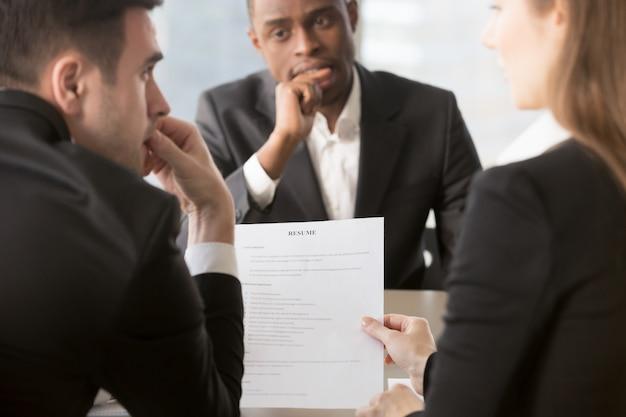 履歴書の真実性を疑う採用担当者