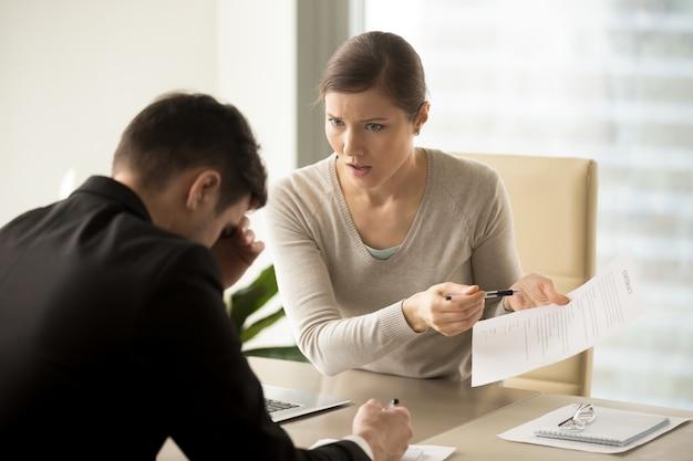 ビジネスの女性は連絡先テキストの変更を主張します